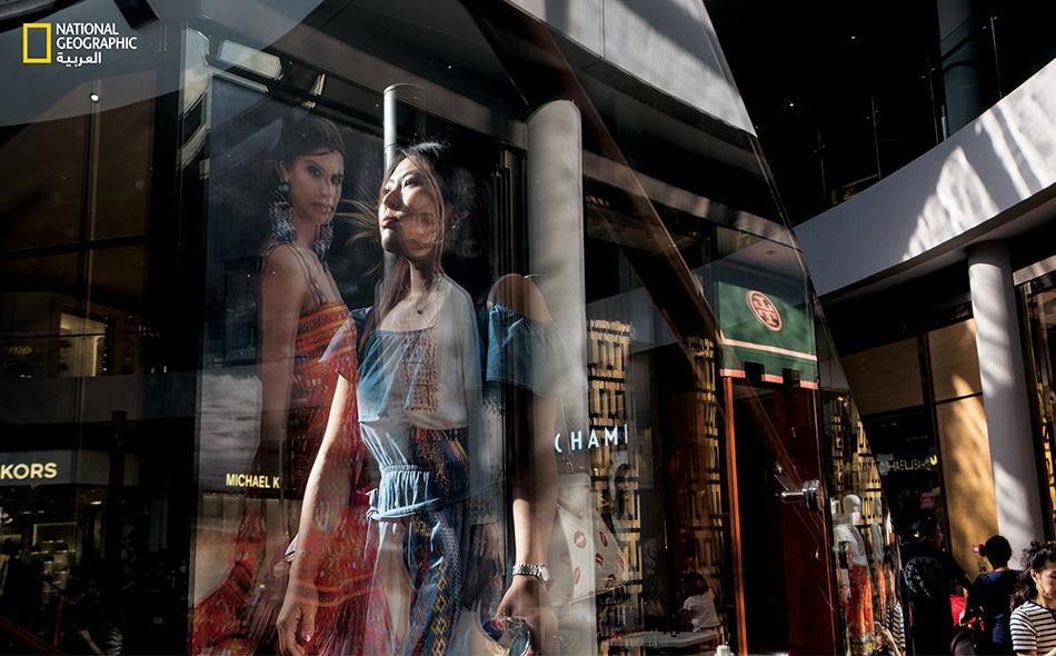 """جل السنغافوريين يحبون التسوق، وهناك أكثر من 150 مركز تسوق في هذه الدولة المدينة الصغيرة. ويعد مركز """"شوبيز"""" للتسوق في منتجع """"مارينا باي ساندز"""" من مناطق الجذب السياحي الرئيسة، بمتاجره الفاخرة، ومطاعمه الراقية، وزوارقه الصينية المُبحرة في قناة مائية."""