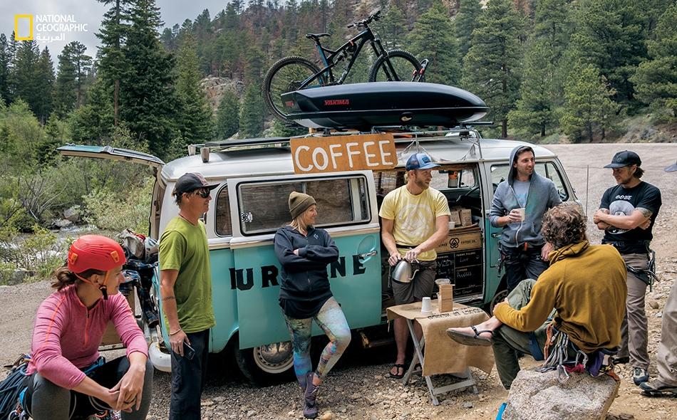 """""""إيريك غوردون""""، صاحب مقهى """"كارابينر"""" يبيع أكواب القهوة إلى المتسلقين، من سيارة """"فولكس فاغن"""" في بلدة """"فان كاستل روك"""" التي لا تبعد عن مدينة """"بولدر"""" الأميركية سوى مسافة 20 دقيقة بالسيارة."""