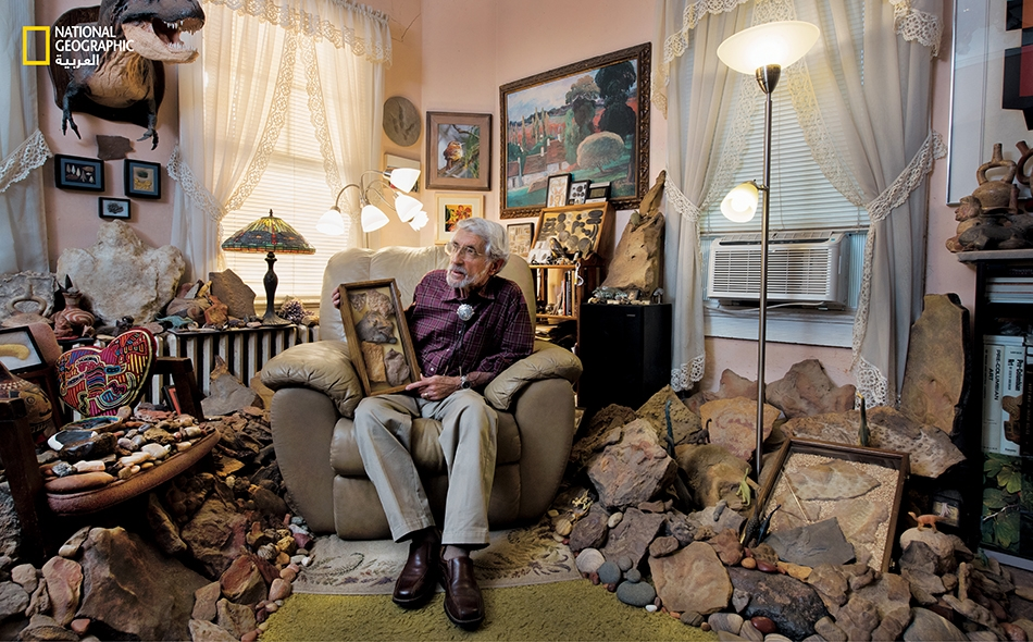 """يُدعى هذا الرجل """"راي ستانفورد""""، وهو لا بعالم ولا بباحث، لكن له عين فاحصة لا تخطئ الأحافير. فقد عثر صاحبنا هذا على مئات الألواح الحجرية التي تحمل بقايا تيروصورات وغيرها من الحيوانات المنقرضة."""