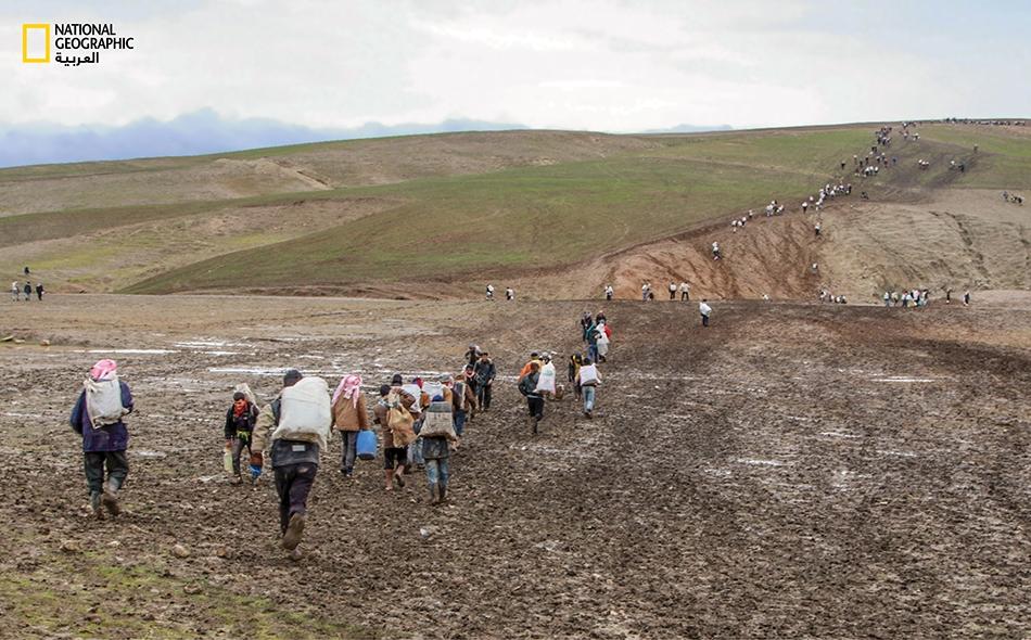 سلاسل بشرية تحمل أطناناً من الحمولات المختلفة تعبر السهول والوديان الجبلية.
