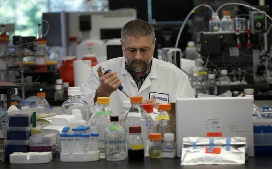 عالم يجري أبحاثا على لقاح جديد لفيروس زيكا بمختبر في الولايات المتحدة.