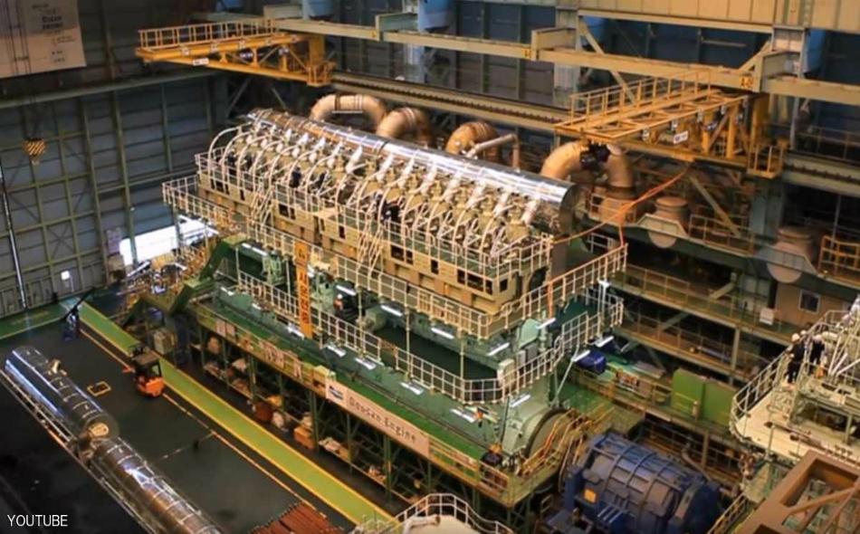 صورة من داخل المصنع خلال تصنيع أكبر محرك في العالم.