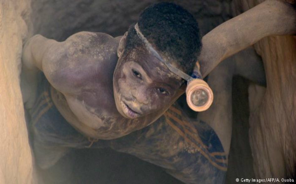 تشكل عمالة الأطفال في المناجم، وخاصة مناجم الذهب، أمراً شائعاً في بعض أنحاء إفريقيا وآسيا وأميركا الجنوبية.