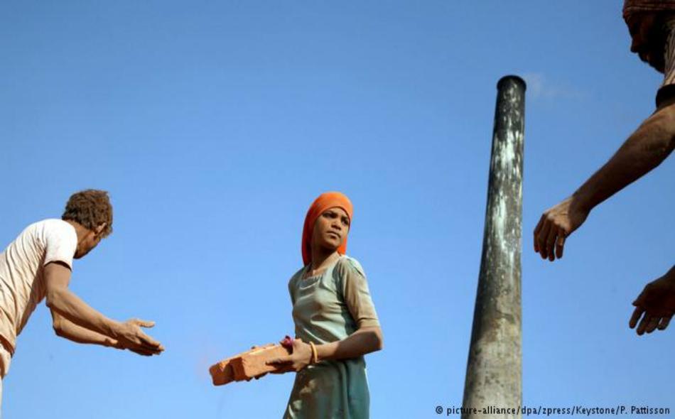 وضعت وزارة العمل الأمريكية قائمة بـ 15 بلداً تستخدم عمالة الأطفال لإنتاج الطوب لمشاريع البناء.