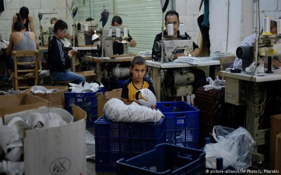 لاجئون سوريون بينهم أطفال، يعملون في إنتاج الأحذية في مدينة غازي عنتاب جنوب شرق تركيا.