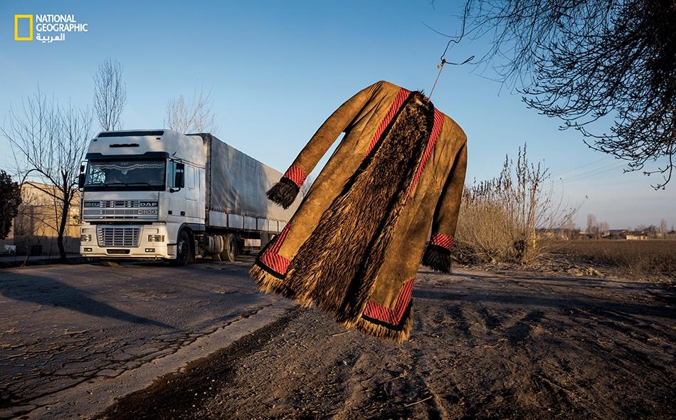 """معطف تقليدي من جلد الغنم تداعبه الريح بمدينة """"تورتكول"""" في أوزبكستان، في طريق رئيسة تتبع طريق الحرير التاريخية."""