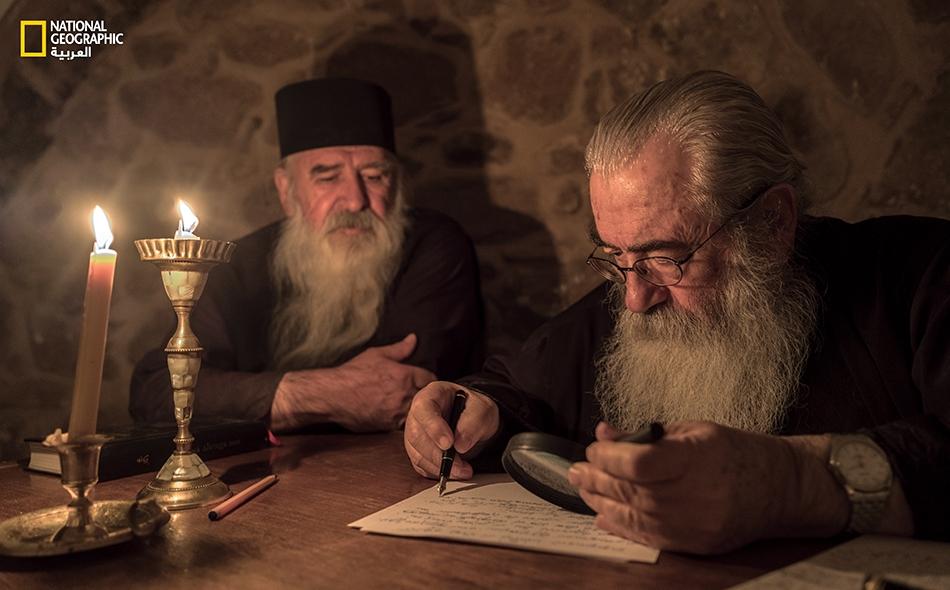 يحرص رئيس الدير المطران دميانوس على تفحص ونسخ بعض المخطوطات بنفسه على ضوء الشموع، إذ يقضي الرهبان معظم أوقاتهم في قراءة وتمحيص المخطوطات الروحية والعلمية على حد سواء.