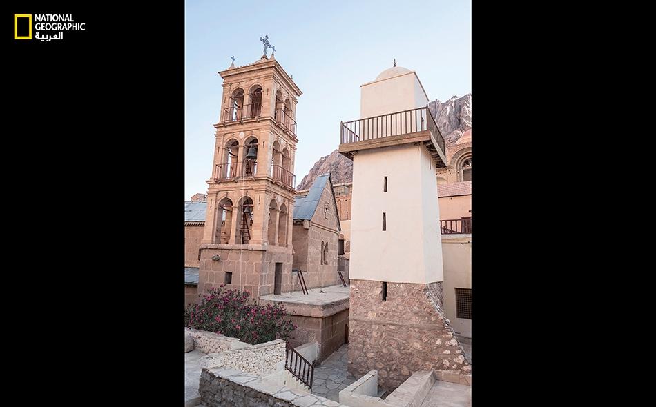 منارة المسجد الفاطمي تكاد تعانق برج كنيسة العليقة.