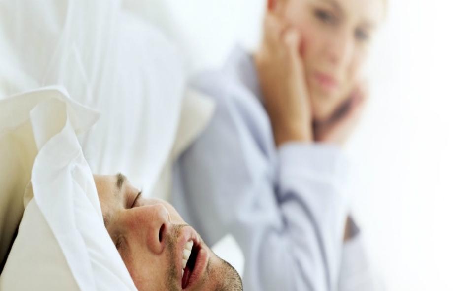 رغم إدراك الأذن للضجيج الصادر عن الشخص الذي يشخر، غير أن الدماغ لا يصنفه كإشارة تهديد أو إزعاج، وبالتالي يسمح للشخص الذي يشخر بمواصلة النوم رغم إزعاجه للآخرين.