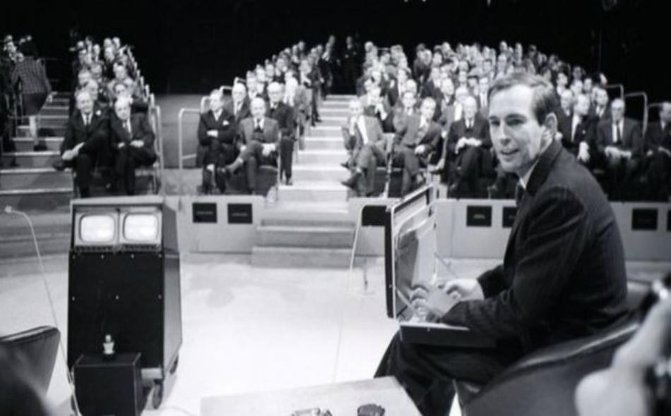 """الجراح """"كريستيان برنارد"""" خلال مشاركته في أحد البرامج الحوارية."""