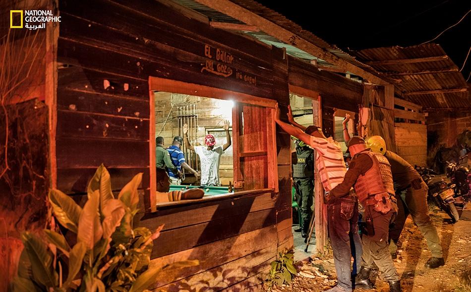 """عندما كان التفاوض جارياً بشأن اتفاق السلام، بدأ نطاق العنف والجريمة ينكمش في كولومبيا؛ إذ اجتاحت دوريات الأمن الوطني معاقل المخدرات والأسلحة. وفي مدينة """"كويبدو""""، صادرت قوات الأمن عدة قطع من الأسلحة في هذه الحانة، ومن ثم أغلقتها. Sebastian Liste"""