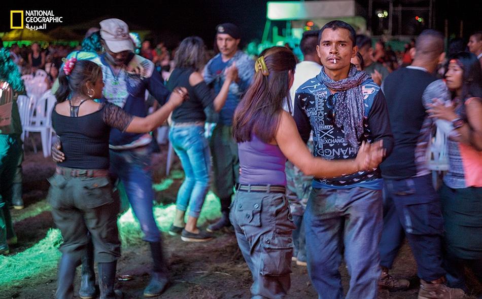 """في الماضي كان مقاتلو """"فارك"""" -وثلثهم نساء- يتجمعون سراً لتخطيط تحركاتهم العسكرية. ولكن ما إن انطلقت مفاوضات السلام حتى خرج المئات منهم من مخابئهم في الغابة من أجل حضور مؤتمر عُقد في سبتمبر 2016، وشمل فعاليات كثيرة من ضمنها الرقص."""