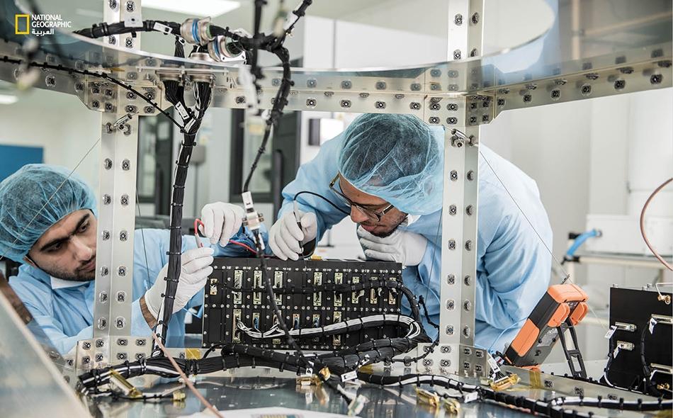 """يشكل برنامج """"الإمارات لرواد الفضاء"""" مبادرة علمية رائدة من نوعها تُضاف إلى سلسلة مشاريع ومبادرات دولة الإمارات التي تسعى إلى تأهيل وبناء كفاءات إماراتية في مجال العلوم المتقدمة."""
