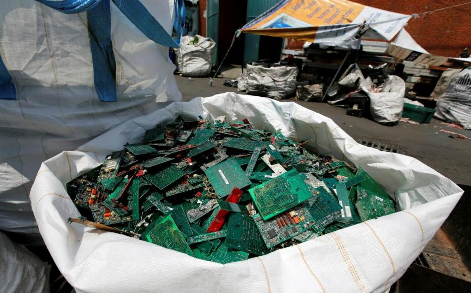 """ذكرت دراسة أعدتها """"جامعة الأمم المتحدة"""" و""""الاتحاد الدولي للاتصالات"""" و""""رابطة النفايات الصلبة الدولية""""، أن وزن النفايات الإلكترونية في عام 2016 كان يعادل وزن برج """"إيفل"""" نحو 4500 مرة. الصورة: REUTERS/Henry Romero/File Photo."""