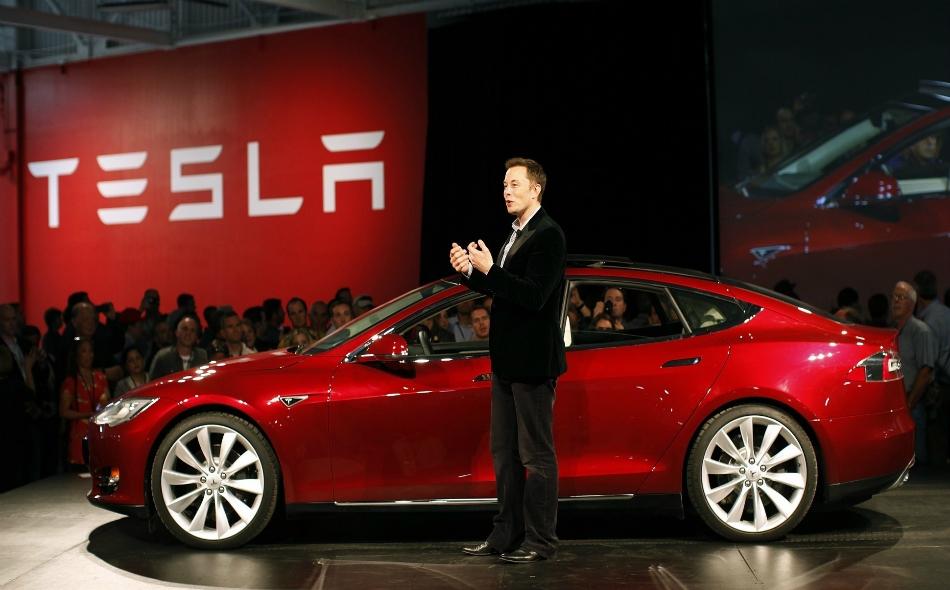 """أعلن """"إيلون ماسك"""" -مؤسس الشركة- في تغريدة على """"تويتر"""" أنه سيبعث بسيارته """"رودستر تسلا"""" الحمراء في الصاروخ. وأوضح أنه معجب بفكرة سير السيارة في مكان غير متناهٍ. الصورة: Inverse.com"""