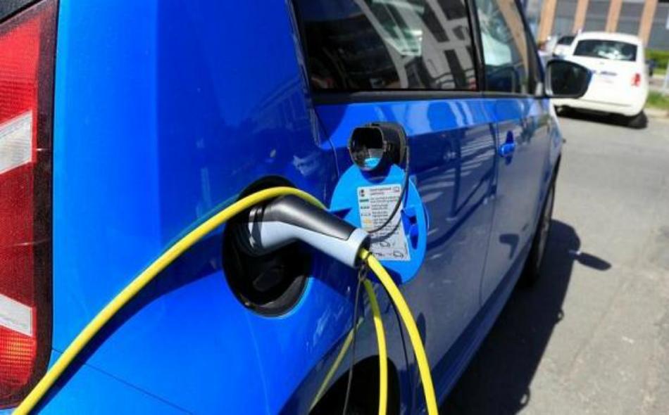 سجلت السيارات الكهربائية الخالصة والسيارات الهجينة المزودة بمحركات بنزين وديزل وبطاريات نسبة 52 بالمئة، من إجمالي مبيعات السيارات الجديدة في عام 2017.