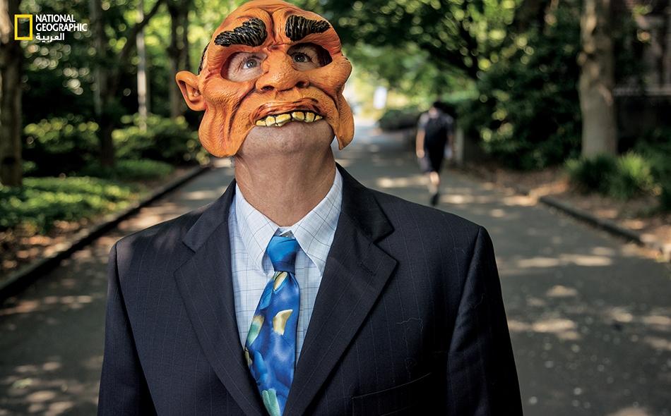 """في عام 2006، ارتدى أستاذ علم الأحياء البرية """"جون مارزلوف"""" وأحد طلابه في """"جامعة واشنطن"""" بمدينة سياتل، أقنعة وأمسكوا بسبعة غربان وربطوها بأحزمة. واليومَ كلما ارتدى مارزلوف أو شخص آخر ذلك القناع، تحتشد غربان المنطقة لتلاحقه وتهاجمه."""