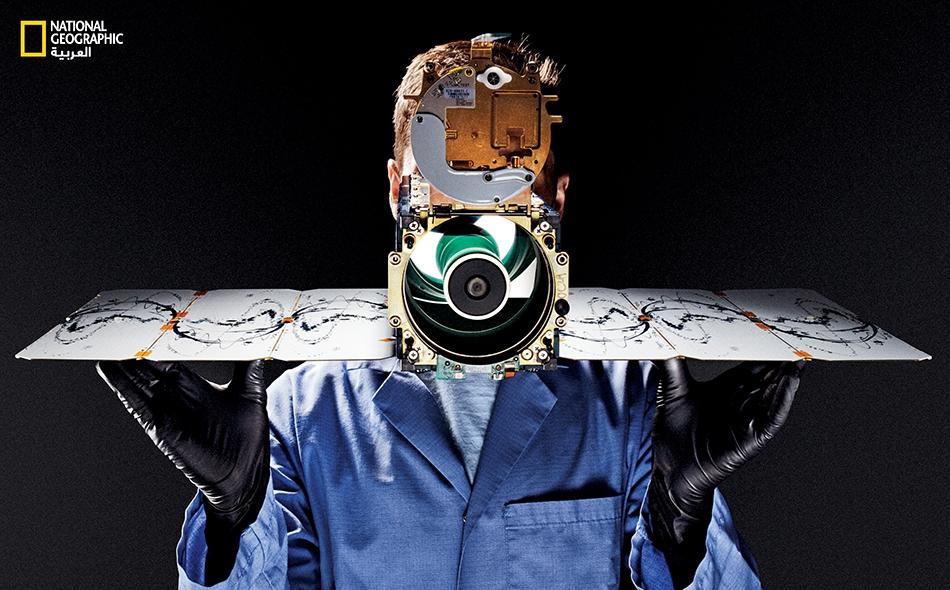 """يُمسك """"دينو بيرتولينو"""" -وهو تقني متخصص بالمراكب الفضائية لدى شركة """"بلانيت""""- قمراً صناعياً مجهّزاً بكاميرا. وتطلق هذه الشركة -التي مقرّها مدينة سان فرنسيسكو- على هذا القمر اسم """"Dove"""" (حمامة). ولدى """"بلانيت"""" أكثر من 150 وحَدةً من هذه الأقمار الصناعية..."""
