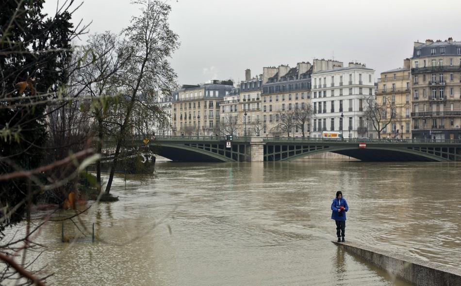 """أغرقت مياه فاضت عن ضفاف نهر السين ممرات للسير في باريس، مما دفع متحف """"اللوفر"""" الشهير إلى إغلاق الطابق السفلي الخاص بالفن الإسلامي. الصورة: Thibault Camus/AP"""