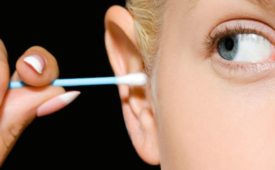 لا يدرك كثير من المرضى أنهم يمكن أن يحدثوا إصابة في القناة السمعية، أو يدفعوا شمع الأذن إلى الداخل بل وربما يتسببون في ثقب طبلة الأذن. الصورة: Getty Images