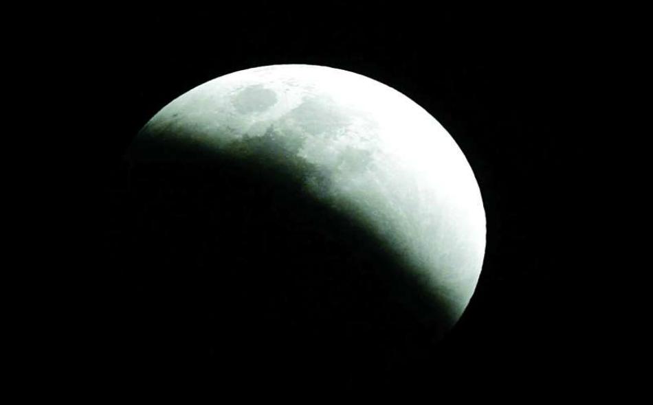 يحدث الخسوف دائماً عندما يكون القمر في طور البدر. وعندها، يشرق القمر من الشرق وقت غروب الشمس ويبقى ظاهرًا في السماء إلى أن يغرب في جهة الغرب وقت شروق الشمس.