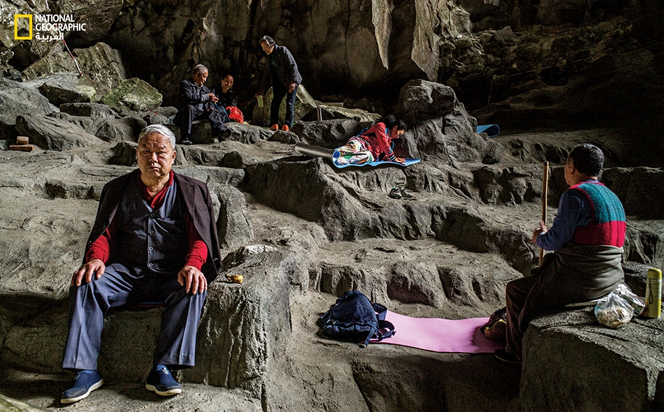 """في الصين، يقصد الأشخاص الساعون إلى إطالة أمد حياتهم مقاطعة """"باما"""" لتنشّق الهواء داخل كهف """"بايمو"""" الذي يُقال إن له قدرات استشفائية."""