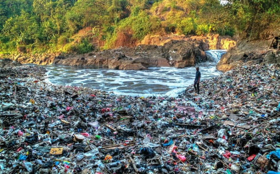 يمتد النهر 300 كيلومتر من منبعه في جاوة الغربية إلى البحر قرب العاصمة جاكرتا. ويغذي النهر ثلاث محطات للطاقة الكهرومائية ويستخدم لري 400 ألف هكتار من حقول الأرز. الصورة: Esa Setiawan