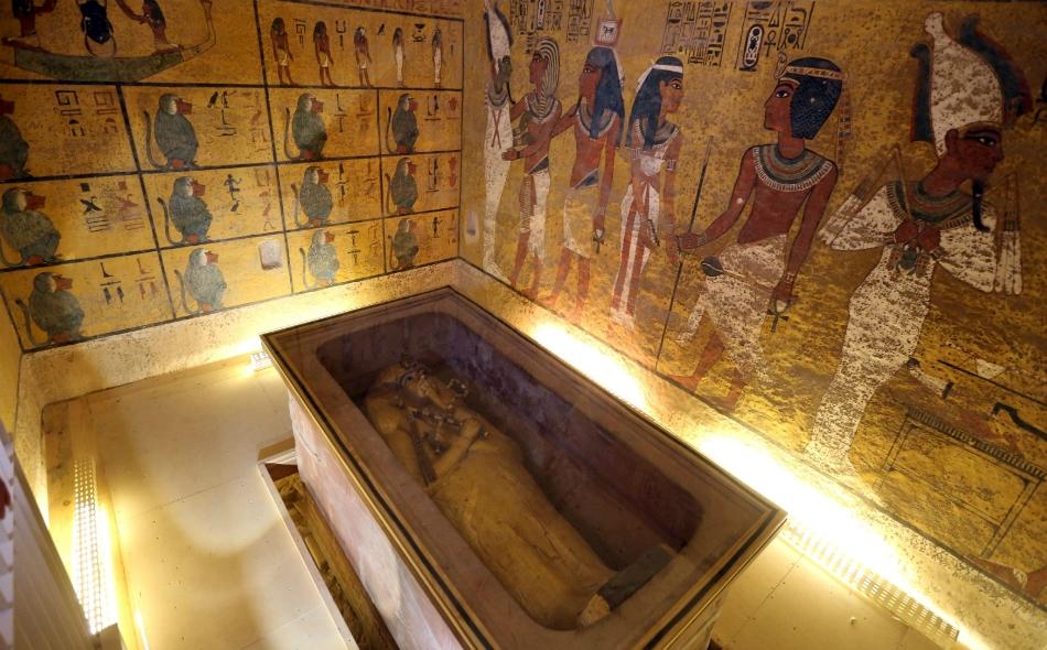 """ربما تؤدي عمليات المسح الراداري داخل مقبرة """"توت عنخ آمون"""" إلى الكشف عن وجود قبر الملكة """"نفرتيتي"""". الصورة: Reuters/Mohamed Abd El Ghany"""