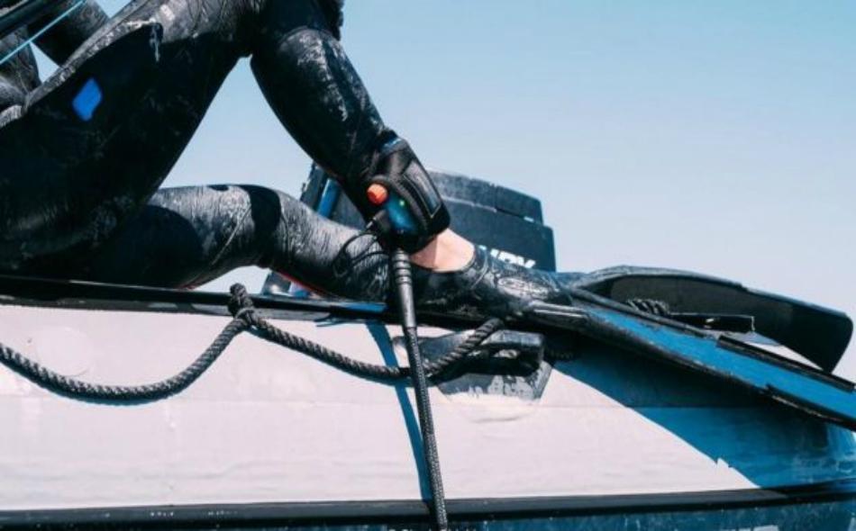 """أثبت جهاز """"شارك شيلد"""" الذي يُرتدى حول الكاحل، قدرته على إبعاد أسماك القرش في 90 بالمئة من الحالات، وإن اقتصر مدى فاعليته على متر واحد منها. الصورة: SHARK SHIELD"""