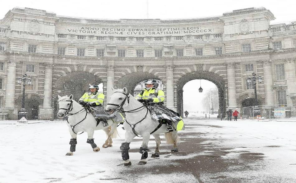 """ترجع موجة البرد التي أُطلق عليها اسم """"وحش من الشرق"""" إلى ارتفاع مفاجئ في درجات الحرارة فوق القطب الشمالي، مما أضعف التيار الذي يأتي بالهواء الدافئ من المحيط الأطلسي إلى أيرلندا وبريطانيا. الصورة: Reuters/Peter Nicholls"""