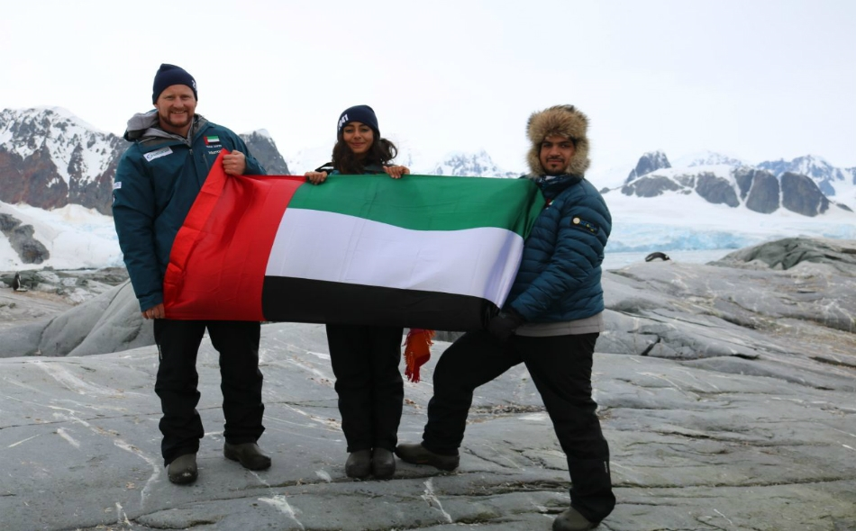 """أعضاء """"فريق زايد"""" يرفعون علم الإمارات من القارة القطبية الجنوبية."""