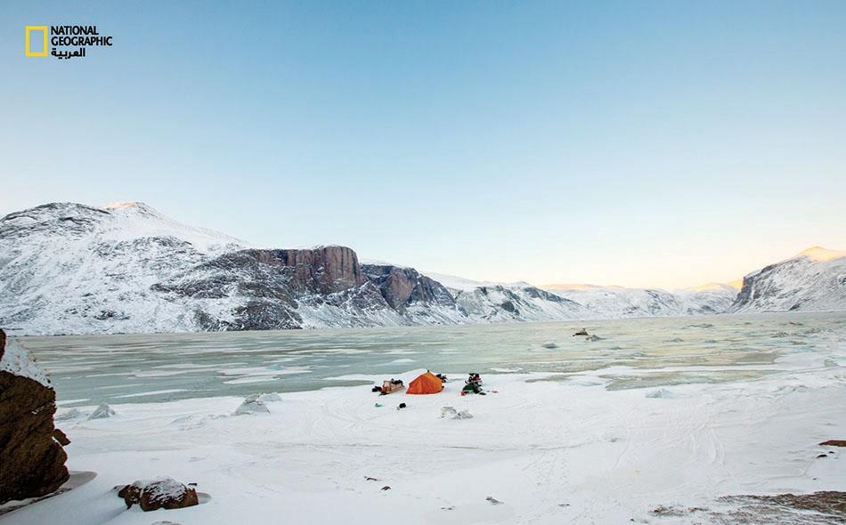 """""""بلغ سُمك الجليد زُهاء متر واحد. وقد نمنا فوق مياه المحيط مباشرة، فيما المد يموج أسفل منا"""". جون غولدن"""