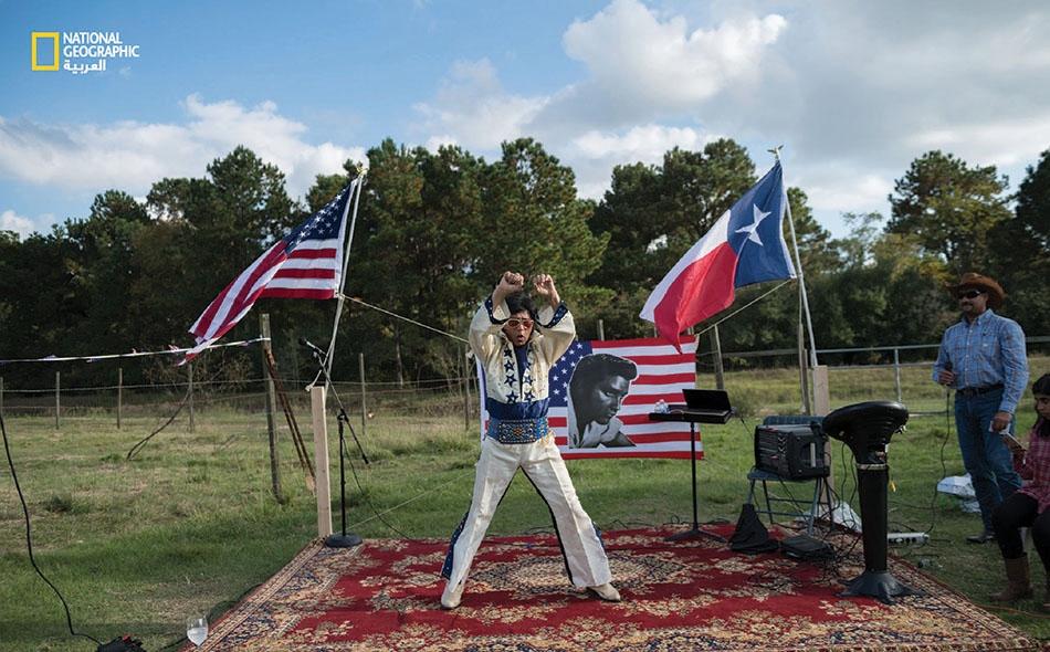"""كان """"أيراج جيلاني"""" قبل تقاعده يعمل مدير مشروعات في قطاع النفط والغاز بإحدى ضواحي مدينة هيوستن؛ وهو هنا يقلّد المغني الأميركي الراحل """"إلفيس بريسلي"""". عَشق جيلاني هذا الفنانَ وهو بعدُ طفل في باكستان؛ إذ يقول: """"كنت أعشق إلفيس، وكان أخي يعشق فرقة البيتلز""""."""