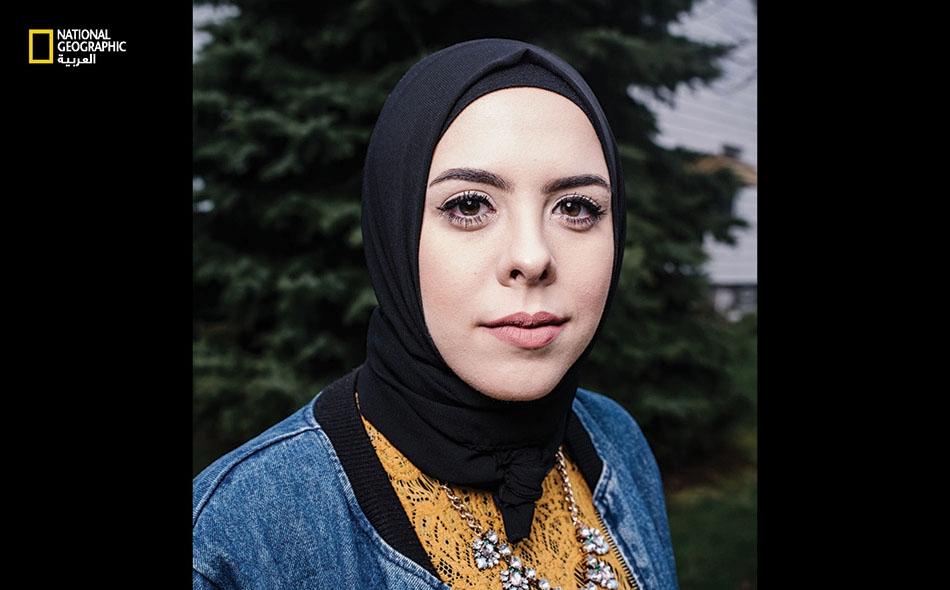 """تعمل """"لينا سريني"""" طاهية معجّنات، وهي أميركية من أصل لبناني نشأت في مطبخ عائلتها في مدينة ديربورن بولاية ميشيغان. تبدع لينا أطباق تحلية غالبا ما تدمج فيها وصفات علقت بذاكرتها منذ الطفولة، وعناصر من الطبخ اللبناني. تقول إن تراثها يضفي على عملها تميزاً."""