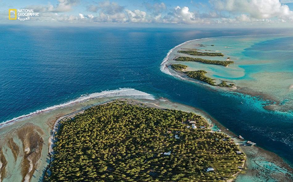 """يندفع المد من خلال القناة -البالغ عرضها 100 متر- من المحيط الهادي (أقصى اليسار) إلى داخل البحيرة، التي تحيط بها جزيرة """"فاكارافا"""" المرجانية. وكما هي الجزر المرجانية الأخرى، تشكلت """"فاكارافا"""" حول جزيرة بركانية غرقت في وقت لاحق. وقد ساعدت بقايا المرجان..."""