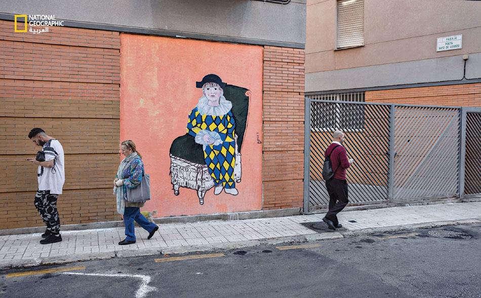 """ظهرت موهبة بيكاسو المعجزة في مسقط رأسه، مدينة مالقا الإسبانية، حيث أمضى طفولته المبكرة. وتظهر في ربوع هذه المدينة اليومَ إشارات إلى أعمال بيكاسو، ومنها هذه الجدارية المنقولة من لوحة رسمها في عام 1924 لابنه البكر """"باولو"""" مرتديا زي بهلوان."""