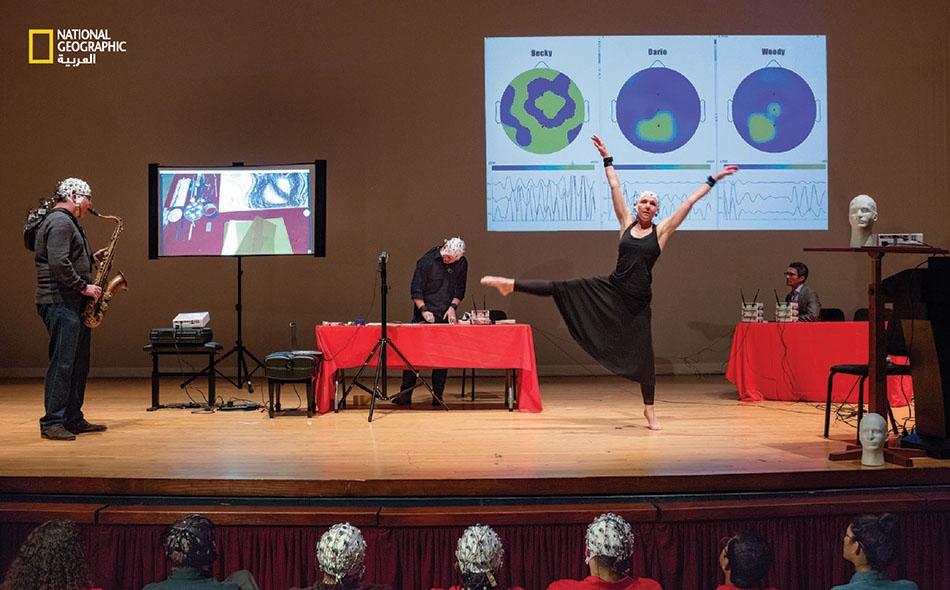 """يقيس علماء الأعصاب أثر الفن على الدماغ. في """"جامعة هيوستن"""" بولاية تكساس، يستعمل البروفيسور """"خوسيه كونتريراس فيدال"""" التصوير لتسجيل موجات دماغية لرسام وراقصة وموسيقي."""