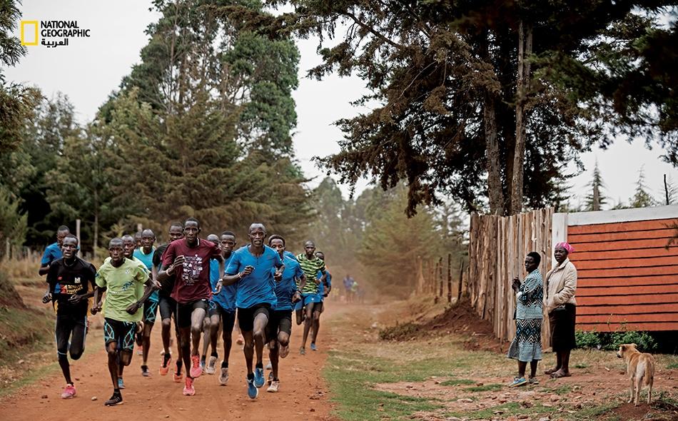 """يتدرب عدّاءون من منطقة """"إيتن"""" الكينية بصورة جماعية. وتُعد المسافات الطويلة تخصصاً كينياً بامتياز، حيث يستفيد عدد كبير من خيرة عدّائي هذا البلد من الارتفاع الكبير عن سطح البحر، ومن التضاريس..."""