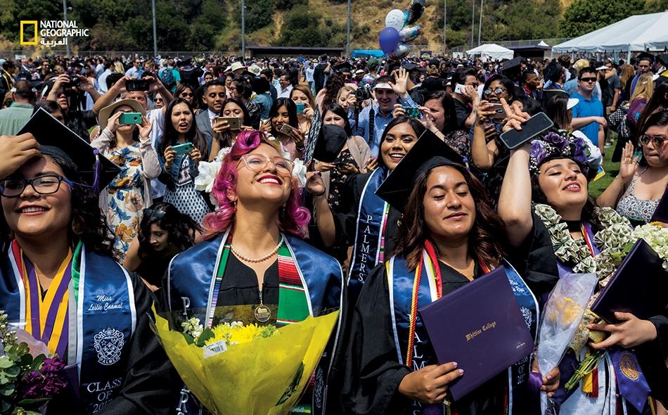 """أعضاء """"جمعية بالمر""""، وهي منظمة نسائية جامعية، يحتفلن بتخرجهن من """"كلية وايتيير"""" في كاليفورنيا. أضحت هذه المؤسسة الجامعية -التي تخرج فيها ريتشارد نيكسون- من أكثر الكليات تنوعا من الناحية..."""