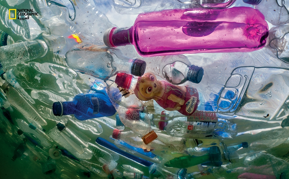 """تغصّ نافورة """"سيبيليس"""" الواقعة خارج مبنى بلدية مدريد بالقنينات البلاستيكية. في الخريف الماضي، قام تجمّع فنانين بملء هذه النافورة ونافورتين أخريين في المدينة بـ 60 ألف قنينة مرميّة؛ ليلفتوا بذلك الأنظار إلى تأثير الموادّ البلاستيكية الملقاة في البيئة."""