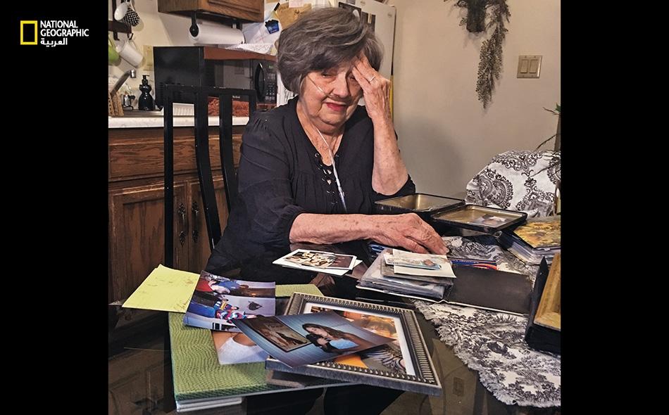 """تذرُفُ """"ساندرا بنينغتون"""" الدموع وهي تتحدث عن حفيدتها أدريا شنايدر. وافقت هذه الجدة على التبرع بوجه حفيدتها بعدما أخفقت في التعافي من جرعة مخدرات زائدة. تقول ساندرا إن أدريا عاشت حياة صعبة؛ إذ كانت والدتها تتعاطى المخدرات أثناء حملها بها، فوُلدت..."""
