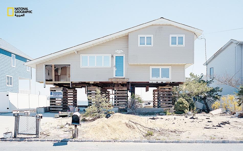 """جُعل مرآب هذا البيت -في حي """"باي بوينت درايف""""- مفتوحاً لكن يصعب ولوجه."""