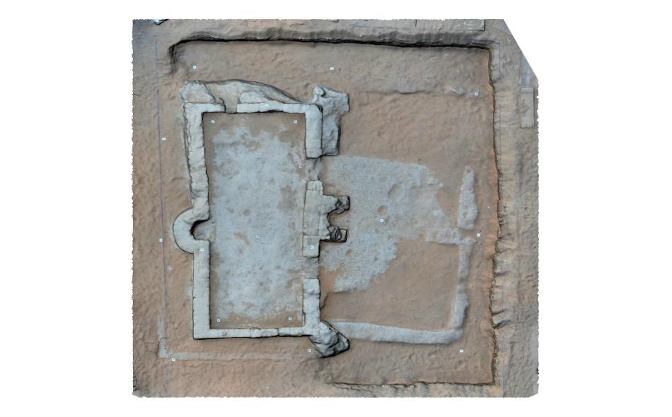 لاحظ علماء الآثار وجود محرابين في الغرفة الداخلية والساحة الخارجية، فيما عثرو أيضاً على أجزاء من أواني استخدمت على الأرجح للوضوء أو أغراض أخرى داخل المسجد، يعود تاريخها إلى الفترة بين القرنين التاسع والعاشر الميلاديين. الصورة من المصدر