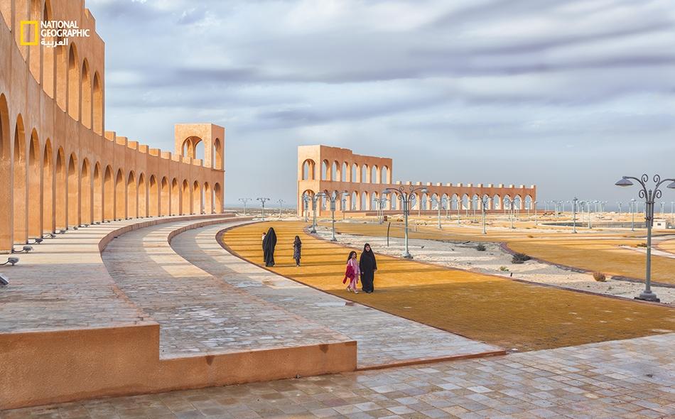 """عوائل تتجول في أرجاء """"المسرح الروماني العائم"""". يقع هذا المعلم على مساحة 50 ألف متر مربع ويستوعب زهاء 9 آلاف زائر، وهو أول مسرح يصمم على الطريقة الرومانية في السعودية والخليج العربي. تقام هنا فعاليات سياحية ووطنية."""