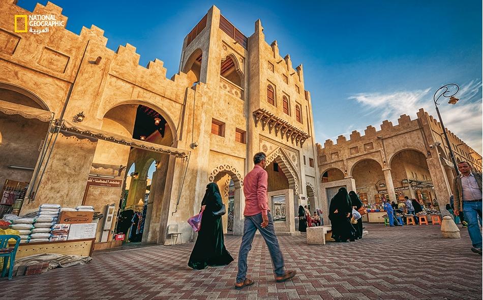 """يُعد """"سوق القيصرية"""" من أقدم الأسواق الشعبية بالمنطقة الشرقية عامة والأحساء خاصة، ويأتي إليه الناس من داخل السعودية وخارجها للتسوق والتجول وسط ممراته وساحاته."""
