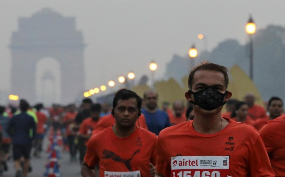 """يحاول المنظمون للسباق التخلص من الأتربة العالقة في مسار السباق برش بخار الماء من ارتفاع 20 قدما، واستخدام موجات """"يو.إتش.إف"""" لإزالة التلوث من العاصمة الهندية، نيودلهي. الصورة من المصدر"""