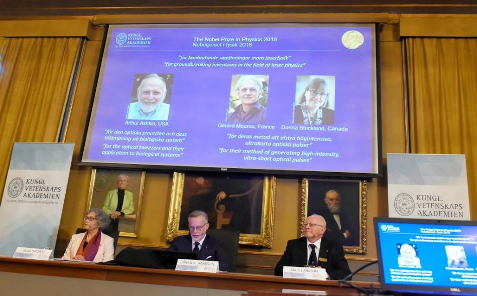 """العالم الأميركي """"آثر آشكين"""" والفرنسي """"جيرار مورو"""" والكندية """"دونا ستريكلاند"""" يفوزون بـ """"جائزة نوبل للفيزياء"""" لإنجازاتهم في مجال الليرز."""