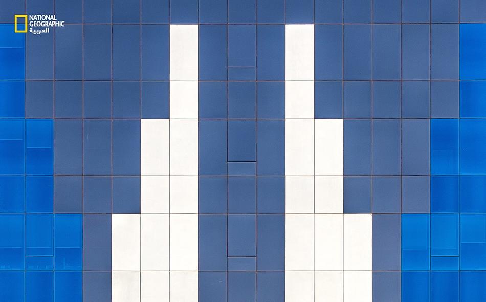 """بدأ الطراز المعماري بالتجدد في الإمارات منذ منتصف تسعينيات القرن الماضي، إذ أضحت الواجهات الزجاجية سمة رئيسة للبنايات الحديثة؛ كهذه الواقعة في منطقة """"الخالدية"""" بأبوظبي."""