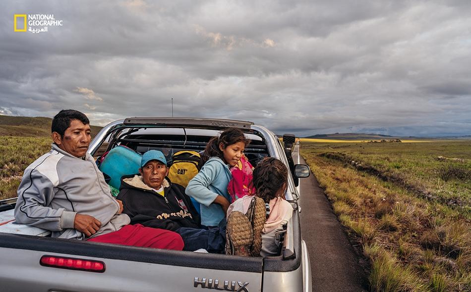 """تقبع عائلة """"موراليدا"""" في مؤخرة سيارة تنقلهم بعيداً عن بلدتهم في """"دلتا نهر أورينوكو"""" الفنزويلية؛ إذ أدى الانهيار الاقتصادي في هذا البلد إلى تصاعد العنف وشظف العيش. وهم يأملون بحياة أفضل في البرازيل."""
