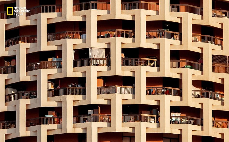 """كأنها حبال معقودة يشد بعضها بعضا.. هكذا تبدو هذه البناية الدائرية الشكل الواقعة في شارع """"زايد الأول"""" في أبوظبي."""